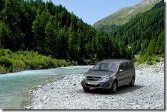 Лада Ларгус фото у горной реки